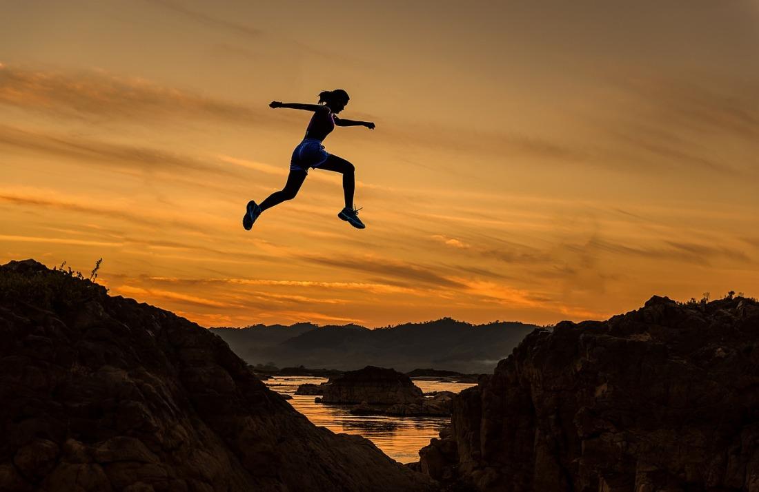 Determinacion - saltando en las montañas